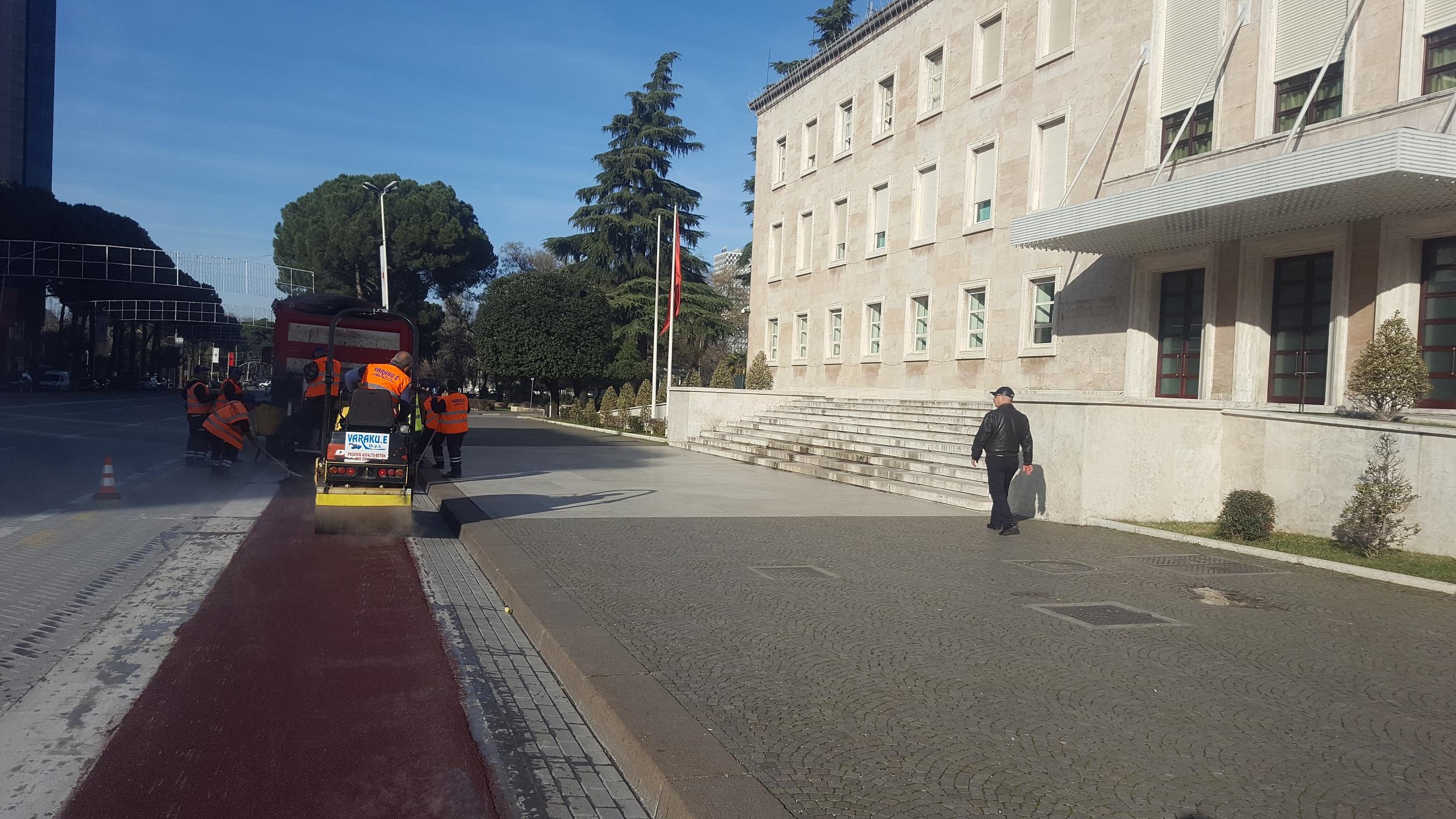 Shtrimi i korsise se bicikletave ne bulevardin Deshmoret e Kombit dhe bulevardin Zogu i Pare, Tirane